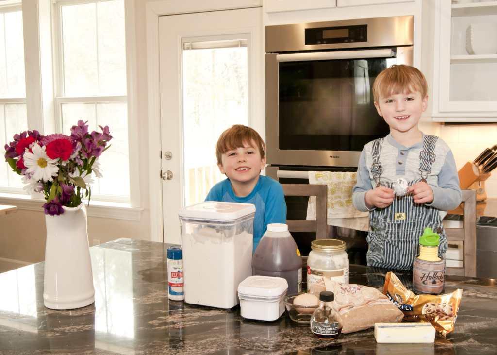 boys making cookies512-min